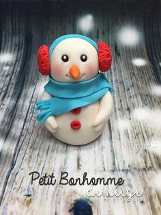 Pour ce modelage, il vous faut: De la pâte à sucre blanche, rouge,bleu ciel, orange, noire et rouge Pour un séchage rapide, vous pouvez ajouter du CMC à votre pâte, (une pincée suffit et c'est facultatif, ça fait gagner du temps ^^), ou sinon il suffit de laisser votre modelage sécher à l'air libre quelques heures. Vous pou Christmas Cake Designs, Christmas Cake Decorations, Holiday Cakes, Diy Christmas Ornaments, Polymer Clay Ornaments, Fimo Clay, Polymer Clay Crafts, Decors Pate A Sucre, Decoration Patisserie