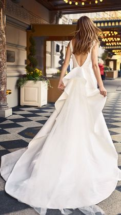 Browse the newest collection of bridal gowns by Monique Lhuillier. Shop Bridal dresses and bridal shoes. Best Wedding Dresses, Wedding Suits, Wedding Gowns, Wedding Bells, Fit And Flair, Minimal Wedding Dress, Monique Lhuillier Bridal, Jenny Packham, Bridal Fashion Week