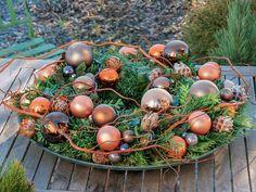 Weihnachtliche Deko in Schale mit Korkenzieher-Weide