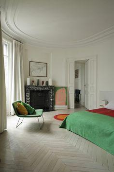 comment decorer le plafond avec moulure décorative, sol en parquet gris beige