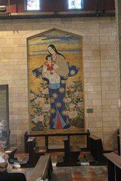 La Virgen María con el niño Jesús. Mural estilo chino. En la Iglesia de Santa María, en Nazareth.