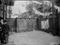 Life in New York</head> Outhouse and laundry NY tenement back yard 1904 New York Photos, Old Photos, New York Vintage, New York Sites, Lower East Side, Living In New York, Us History, American History, New York Public Library