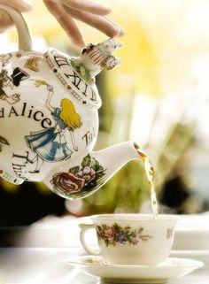 Tea Time (Alice in Wonderland Teapot) ~ Ana Rosa Alice In Wonderland Teapot, Wonderland Party, Café Chocolate, Party Set, Pause Café, Cuppa Tea, Teapots And Cups, Mad Hatter Tea, Madd Hatter