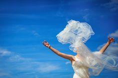 Mit einem Schleier kann man alles machen - auch etwas andere Brautporträts #brautschleier #braut # Hochzeitspaar #hochzeit2018 #Hochzeitsschleier #Brautporträt