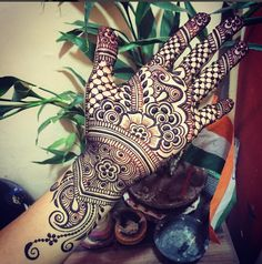 Very neat henna design by @maplemehndi (Instagram)