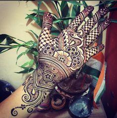 Very neat henna design by @maplemehndi (Instagram)