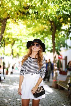 Casual Look. Look con camiseta de rayas y falda blanca. A trendy life. #casual #navytshirt #whiteskirt #boots #animalprintbag #strippedtop #hat #cortefiel #pedrodelhierro #tous #sarenza #outfit #fashionblogger #atrendylife www.atrendylifestyle.com