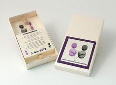 PAREJA PIEDRA  Invitación en caja beig irisado con toques morados y con tubo de arroz