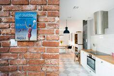 Czerwone cegły i dekoracje w kuchni - Lovingit.pl