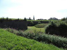 Vue sur Rocroi depuis le sentier des fortifications. © Le Domaine du Lac à Rocroi #Ardennes #France