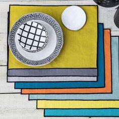 Set de table en lin lavé surjet noir Luri Harmony   Accessoirisez votre table tout en la protégeant, en toute simplicité, avec ce set de table en lin lavé de la collection Luri signé Harmony. On aime la finition du surjet noir, qui vient contraster avec le lin lavé coloré. 7 teintes de set de table sont proposées, vous pouvez opter pour la sobriété avec du blanc ou du gris, ou pour de la couleur plus ou moins vive avec du jaune ou du bleu. N´hésitez pas à mixer les couleur ! Blog Deco, Around The Corner, Table Settings, Kitchen, Clem, Collection, Ideas, Black Linen, Napkin