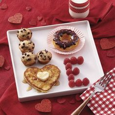 *(This idea looks cute for father's day, too. And you could switch the food to what you think is the best). LOVE valentine's day breakfast ideas - cute Valentine's day ideas - breakfast in bed Valentines Day Food, Valentine Day Love, Valentines Breakfast, Mothers Day Breakfast, Romantic Valentines Day Ideas, Valentines Day Gifts For Him Diy, Diy Valentine's Gifts For Him, Diy Birthday Ideas For Him, Romantic Boyfriend Birthday Ideas