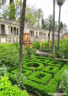 En la actualidad, los jardines de los Reales Alcázares de Sevilla ocupan más de 70.000 metros cuadrados, y son una sucesión de espacios de diferentes épocas y estilos. Nacieron por la necesidad de contar con una huerta dentro del recinto defensivo, pero a medida que se iba perdiendo el carácter militar del recinto fueron transformándose en lugares de descanso.