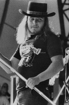 Ronnie wearing Muscle Shoals Sound t-shirt.  If it weren't for Jimmy Johnson, (MSS Studios, Swamper) well...I don't know.  He knew. He believed.