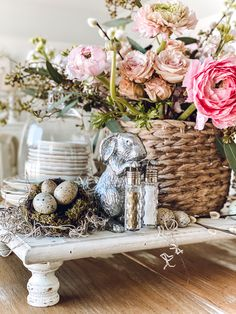 32 Inspiring Spring Table Centerpieces Best For Dining Room - Spring is a time of renewal and romance, making it the perfect season for a wedding. When planning the decorations for your springtime wedding. Be sur. Spring Home Decor, Fall Decor, Diy Home Decor, Decorating For Spring, Seasonal Decor, Holiday Decor, Decorating Coffee Tables, Tray Decor, My New Room