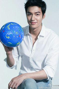 Lee Min Ho ❤ currently watching world cup! Lee Seung Gi, Lee Jong Suk, Boys Over Flowers, Lee Min Ho Smile, Lee Min Ho Kdrama, The Great Doctor, Il Woo, Lee Min Ho Photos, Kim Bum