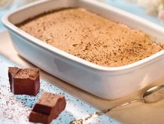 Den Dampfgarer auf 100°C vorheizen. Für das Schokoladensoufflé die Schokolade in eine kleine Schüssel (Keramik oder Glas) geben und mit