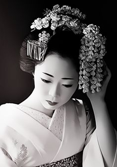 Maiko is an apprentice geisha in western Japan, especially Kyoto. Maiko are usually aged 15 to 20 years old and become geisha after learning how to dance (a kind of Japanese traditional dance), play the shamisen, and learning Kyō-kotoba (dialect of Kyoto) Geisha Kunst, Geisha Art, Japanese Beauty, Asian Beauty, Japan Kultur, Geisha Japan, Kyoto Japan, Okinawa Japan, Memoirs Of A Geisha