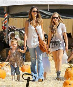 Jessica Alba tra le zucche con la famiglia | GOSSIPp@ndo.it