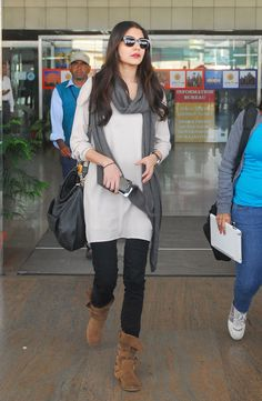 Anushka Sharma's Airport look Stylish Dress Designs, Stylish Dresses, Casual Dresses, Semi Dresses, Casual Wear, Indian Designer Outfits, Indian Outfits, Indian Designers, Casual Indian Fashion