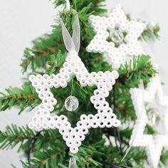 Stjärnor av nabbipärlor Christmas Perler Beads, Easy Christmas Ornaments, Christmas Diy, Christmas Crafts For Kids, Christmas Cross, Perler Bead Designs, Perler Bead Templates, Diy Perler Beads, Hama Beads Patterns