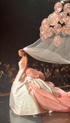 video de boda - Video for Party - Wedding Dress Styles, Designer Wedding Dresses, Wedding Outfits, Champagne Centerpiece, Fashion Models, Fashion Show, Afghan Wedding, Pakistan Wedding, Diy Wedding Backdrop