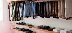 Closets e guarda-roupas bem organizados, com portas de correr  ou sem portas, com espaços especiais para sapatos, edredons, cintos e bolsas