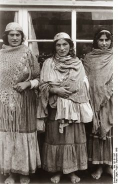 Gypsy women in Warsaw during World War II, September source Deutsches Bundesarchiv (German Federal Archive), Author Jager, Hugo. The Nazi's treated Gypsies like Jews and up to Gypsies were exterminated in the gas chambers of the concentration camps. Gypsy Life, Gypsy Soul, Old Photos, Vintage Photos, Antique Photos, Gypsy People, Gypsy Culture, Martial, Gypsy Women