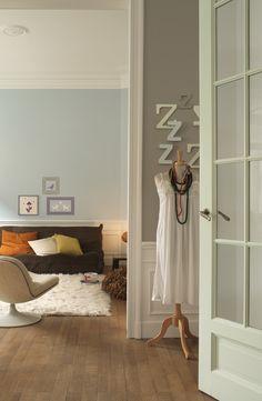 Creëer een persoonlijk boek van je huis waar de inleiding begint in de hal. Kies voor vergrijsde pastellen die mooi op elkaar aansluiten. De halmuur heeft de kleur 'Boetseerklei' en de deurpost fris 'Kopergroen'. Sla een pagina om naar de woonkamer in 'Aquarel'. Sjabloneer lijstjes naar eigen invulling om je woonkamer een persoonlijke sfeer te geven. Kleurgebruik: Boetseerklei, Aquarel en Kopergroen (collectie: HomeMade)