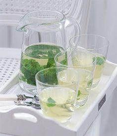 Maročané a arabové vědí, že ve vedrech člověka nejlépe schladí horký mátový čaj. http://www.apetitonline.cz/recepty/4831-cerstvy-matovy-caj.html