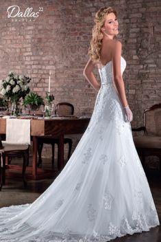 Vestido de Noiva Dallas 22 / Vestido sereia, tomara que caia com decote coração, saia em tule com barrado e aplicações de renda, cinto fixo com broche bordado, cauda fixa.