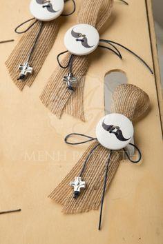 Μαρτυρικά βάπτισης για αγόρι από κορδέλα γιούτας με καρφίτσα για το πέτο με κουμπί με μουστάκι και μεταλλικό σταυρουδάκι