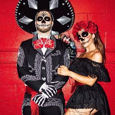 Best Halloween Costumes For Couples To Win This Year; Halloween Costumes For Couples; Mario And Peach Halloween Costume; Mexican Halloween Costume, Couples Halloween, Happy Halloween, Looks Halloween, Halloween Outfits, Halloween Makeup, Halloween 2017, Halloween Costume Ideas For Couples, Zombie Halloween Costumes