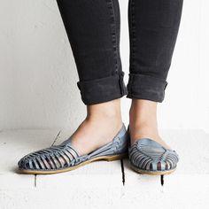 Onyva.ch / La Garconne Shoes #onyva #onlineshop #shoes #sandals #shoedesign #elegant #chic #switzerland #lagarconneshoes #vintage #summer #summershoes #summersandals #fashion #leather Chalet Chic, Shoes Sandals, Flats, Elegant Chic, Summer Shoes, Switzerland, Designer Shoes, Espadrilles, Slippers