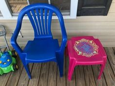 Has your outdoor furniture seen better days? Check out this easy DIY face lift idea and learn how to paint your old dirty plastic chairs to give them new life. Patio Furniture Makeover, Chair Makeover, Upcycled Furniture, Painted Furniture, Outdoor Furniture, Diy Furniture, Hanging Swing Chair, Swinging Chair, Wooden Side Table