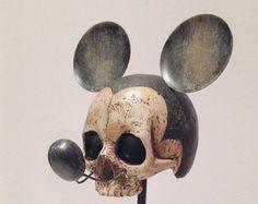 Peculiar y espeluznante responde a un favorito de la infancia. Esta Calavera de Mickey Mouse Vintage hace un gran pedazo de conversación. El cráneo se hace de la mano del polyresin de pintado y acabado con orejas de ratón de metal que representa el personaje de la infancia. Fans de Marilyn Manson recordará el puré para arriba de su edad de oro de grotesco era. 43 cm x 20 cm