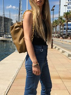 The chunky chain bag has become one of the dominating bag trends of the season. Discover all about this unique bag you´ll love to incorporate to your fall outfits. #styleblog #styleinspiration #bags #bolsos #trends2020 #tendencias2020 #bagtrends2020 #tendenciasbolsos2020 #chunkychainbag #bolsoconcadena Unique Bags, Fall Outfits, Style Inspiration, Trends, Seasons, Tote Bag, Chain, Beauty, Fashion