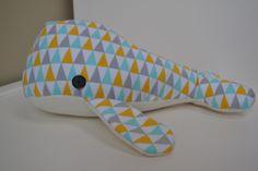 Walvis knuffel!  (Gemaakt met volgend patroon, maar de 'mondflap' werd weggelaten: http://ohthatscrafty.blogspot.be/2010/10/stuffed-whale-pattern.html)