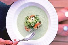 How do you cook chilled cucumber soup with garlic prawns? get instruction detail. This beautiful summer soup is just perfect for the festive season. Prawn Recipes, Seafood Recipes, Soup Recipes, Cooking Recipes, Healthy Recipes, Gluten Free Chilli, Tapas Menu, Garlic Prawns, Chili Soup