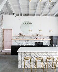Impresionante cocina la que hoy reina en nuestro blog. Mármol, bronce, blanco, negro ... No puede estar más en Tendencia #Miv #mivinteriores #cocina #kitchen #marmol #marble #gold #stools #decor #homedecor #interior #interiorismo #interiordesign #wow
