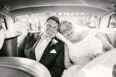brudeparret sidder godt til rette i limousinen