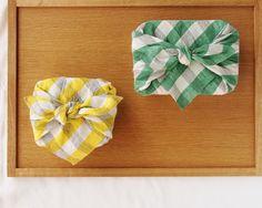【motta010(中川政七商店)】/よそおいのポイントにもなる大きなブロックチェックのハンカチ。生地がしっかりしているので、日々のお弁当包みに使うのもおすすめです。 #motta  #handkerchiefs #gifts