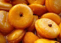 Ingredientes 8 gemas em temperatura ambiente ½ colher (sopa) de farinha de trigo Manteiga para untar 4 xícaras de açúcar 4 xícaras de água 1 pacotinho (10g