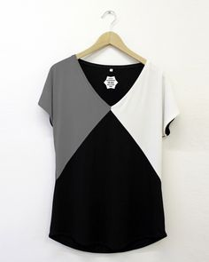 Check out our t-shirts selection for the very best in unique or custom, handmade pieces from our shops. Easy Sewing Patterns, Dress Patterns, Blouse Styles, Blouse Designs, Umgestaltete Shirts, Chic Outfits, Fashion Outfits, Diy Vetement, Vetement Fashion