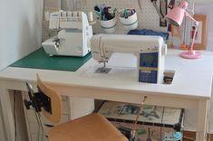 Cómo hacer una mesa para la máquina de coser   Momita's blog Sewing Studio, Sewing Rooms, Diy, Interior, Room Ideas, Textiles, Blog, Crafts With Pallets, Things To Make