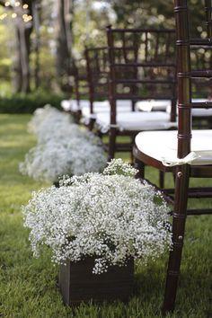 Flores tipo mosquitinho são sempre uma ótima opção para casamentos diurnos.