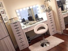 Major goals!  You can never have too many Alex drawers especially when they are covered in diamonds!! @by.saradee beautiful vanity station features our #impressionsvanityglowxlpro