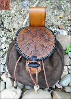 mittelalterlicher Beutel The post mittelalterlicher Beutel appeared first on Vurks. Leather Armor, Leather Pouch, Leather Backpack, Leather Bags, Viking Clothing, Dice Bag, Belt Pouch, Bottle Bag, Leather Projects