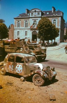 Armored vehicles on the move past civic buildings, and an abandoned car, in Avranches, France, summer D Day Normandy, Normandy France, D Day Invasion, Self Propelled Artillery, Normandy Invasion, Traction Avant, D Day Landings, Ww2 Tanks, Papa Francisco