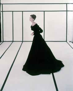 Channeling the a glimpse inside one of Cecil Beaton's celebrated fashion shoots. Image (c) The Cecil Beaton Studio Archive at Sotheby's 1950s Fashion, Vintage Fashion, Classic Fashion, Classic Style, Vintage Dresses, Vintage Outfits, 1950s Dresses, Long Dresses, Art Photography